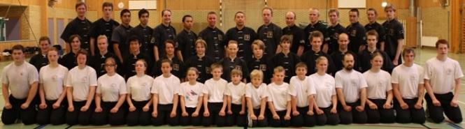 Deltagare i helgläger VT 2011 som annordnades av Skövde Wushuförening med Da Sifu Louis Linn (övre raden mitten).